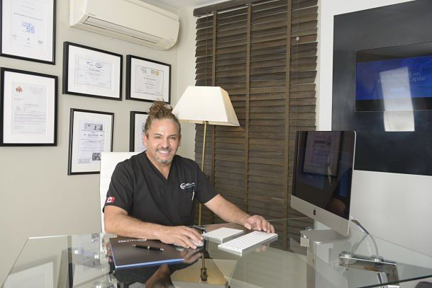 Dr. Juan Andrade en consulta médica